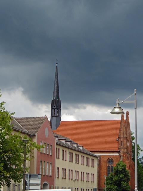Dunkle Wolken über der Johanniskirche in Neubrandenburg