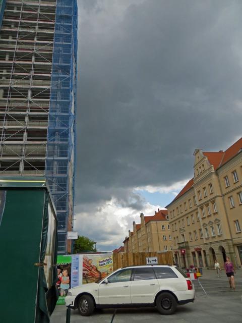 Dunkle Wolken über der Stargarder Strasse in Neubrandenburg