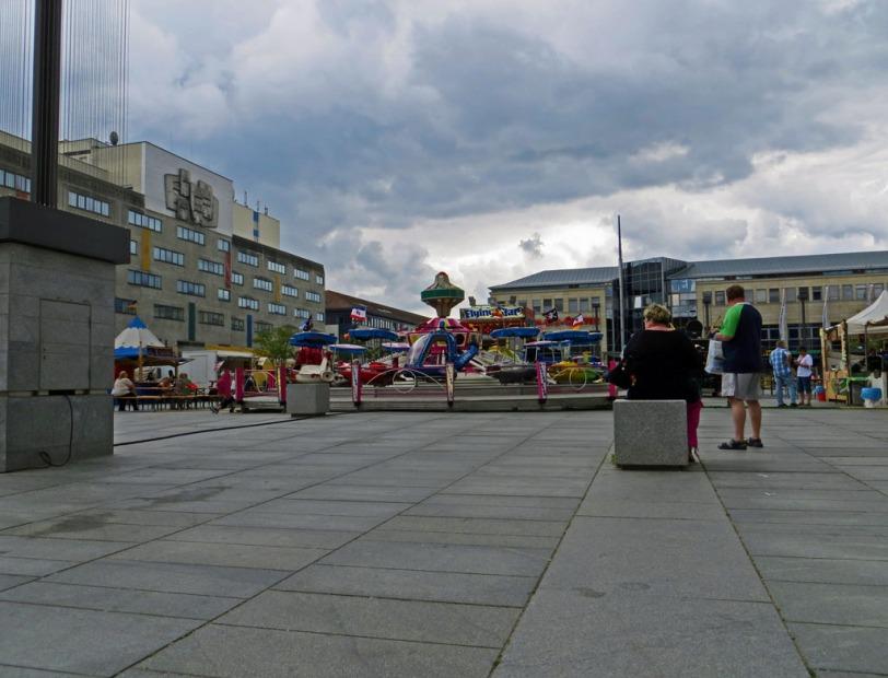 Dunkle Wolken über dem Sommer-Jahrmarkt auf dem Marktplatz in Neubrandenburg