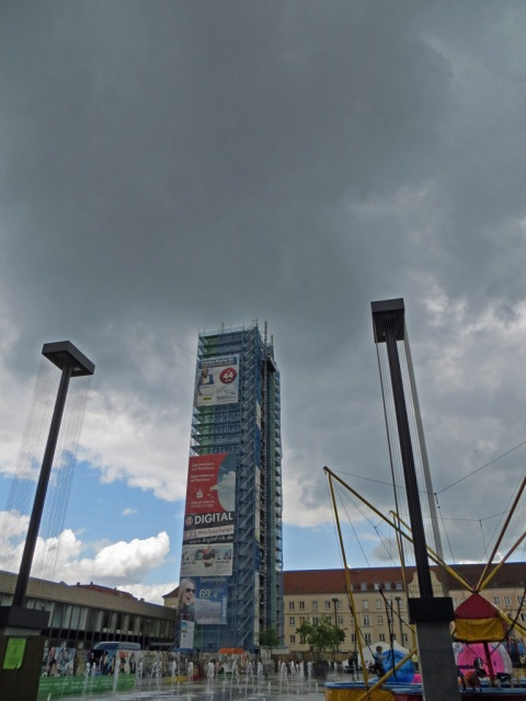 Dunkle Wolken über dem Kulturfinger auf dem Marktplatz in Neubrandenburg