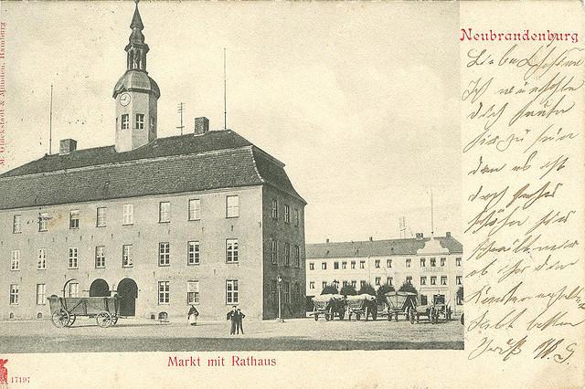 Alte Ansichtskarte Markt mit Rathaus in Neubrandenburg