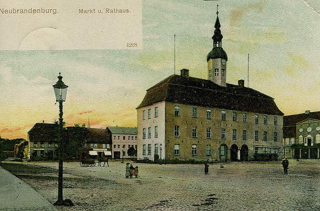 Alte Ansichtskarte Markt und Rathaus in Neubrandenburg