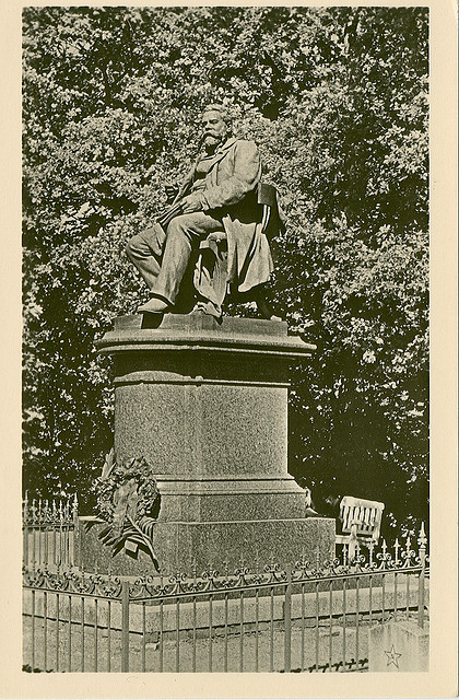 Alte Ansichtskarte Fritz-Reuter-Denkmal in Neubrandenburg