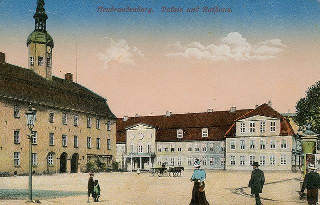 Alte Ansichtskarte Palais und Rathaus in Neubrandenburg