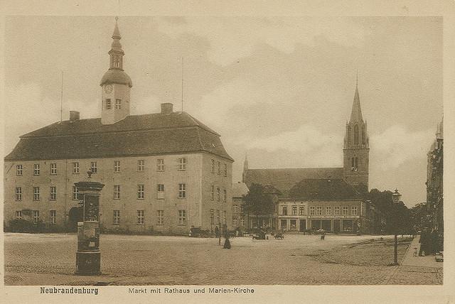 Alte Ansichtskarte Markt mit Rathaus und Marienkirche in Neubrandenburg
