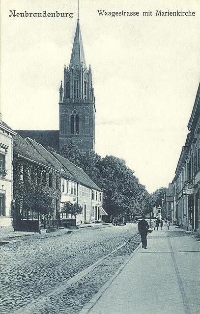 Alte Ansichtskarte Waagestrasse mit Marienkirche  in Neubrandenburg