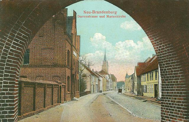 Alte Ansichtskarte Darrenstrasse und Marienkirche in Neubrandenburg