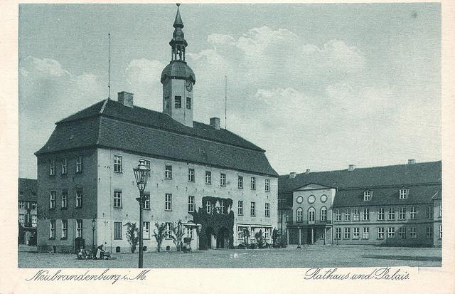 Alte Ansichtskarte Rathaus und Palais in Neubrandenburg