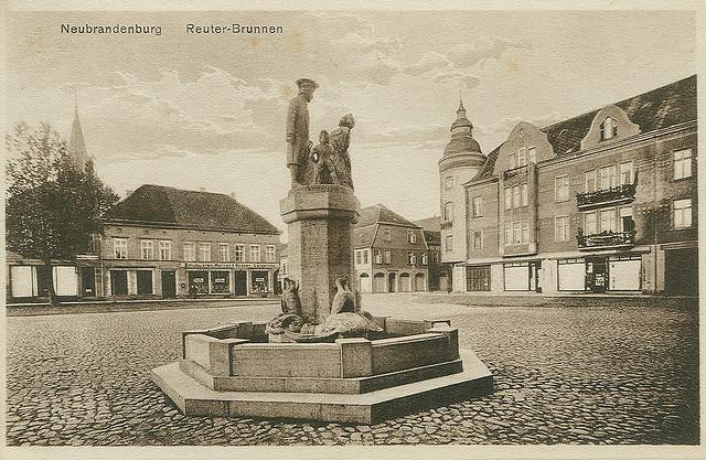 Alte Ansichtskarte Reuter-Brunnen in Neubrandenburg