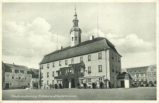 Alte Ansichtskarte Rathaus und Reuter-Brunnen in Neubrandenburg