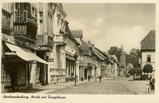 Alte Ansichtskarte Markt mit Fangelturm in Neubrandenburg