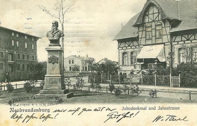 Alte Ansichtskarte Jahndenkmal und Jahnstrasse in Neubrandenburg