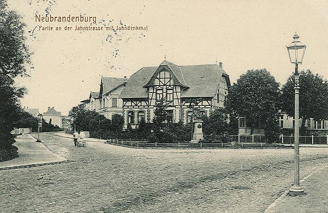 Alte Ansichtskarte Jahnstrasse und Jahndenkmal in Neubrandenburg