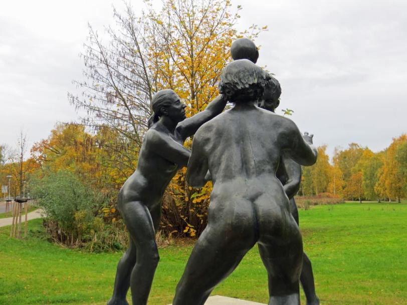 Skulptur Handballspielerinnen im Kulturpark in Neubrandenburg