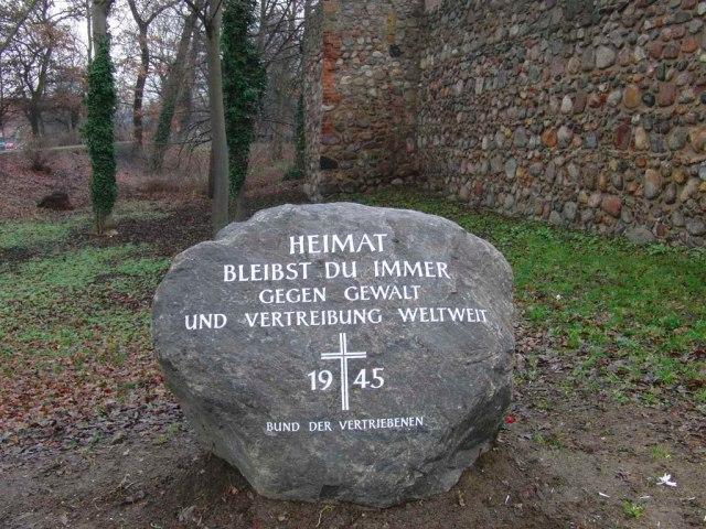 Gedenkstein Vertriebene auf dem Wall in Neubrandenburg