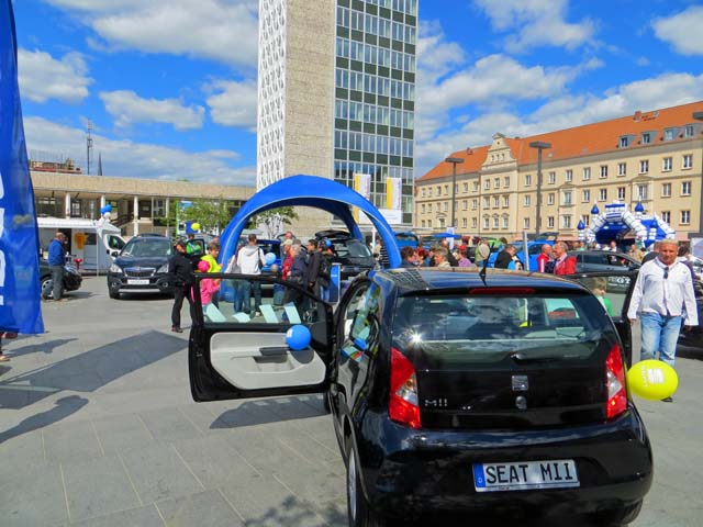 Auto-Markt auf dem Marktplatz in Neubrandenburg