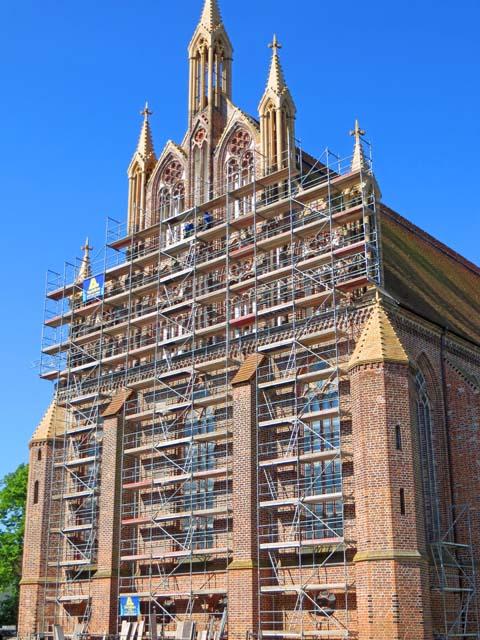 Marienkirche in Neubrandenburg - Giebel wird eingerüstet, um Schäden zu beheben