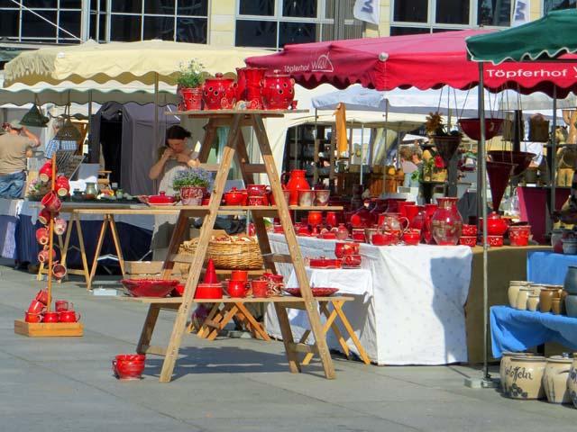 Töpfermarkt auf dem Marktplatz in Neubrandenburg