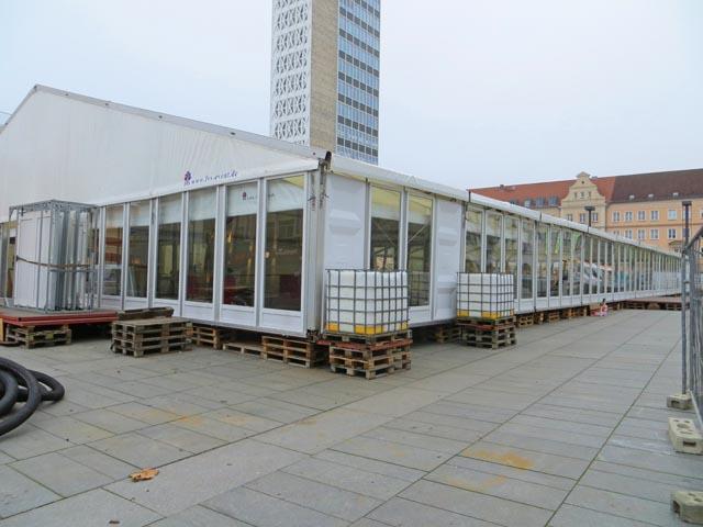Aufbau Eislaufzelt auf dem Marktplatz in Neubrandenburg
