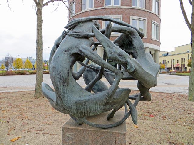 Bronze Hundekugel von Walther Preik in Neubrandenburg