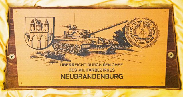 DDR Schild - Für den Schutz der Arbeiter-und-Bauern-Macht. Überreicht durch den Chef des Militärbezirkes Neubrandenburg