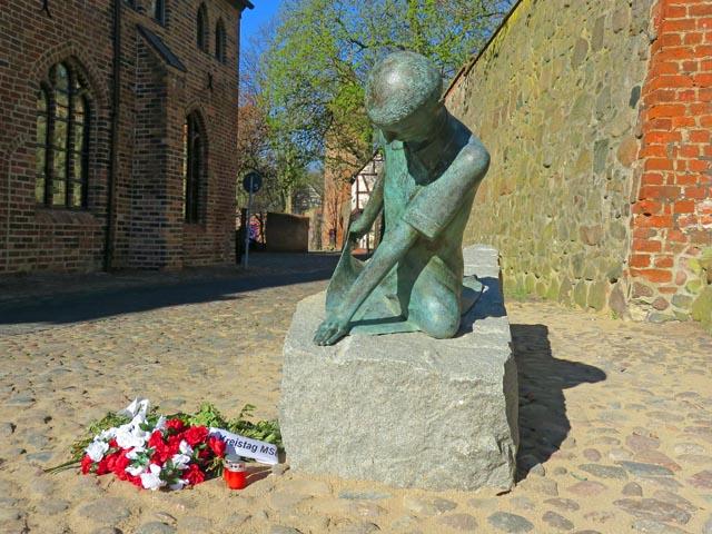 """Neue Bronzeplastik """"Trauernde"""" in Neubrandenburg"""