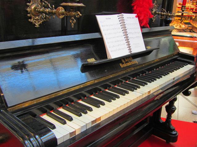 Klavier vom Neubrandenburger Klavierbauer Heinrich Roloff